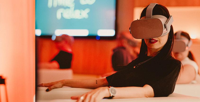 Sergat events women with virtual 3d glasses