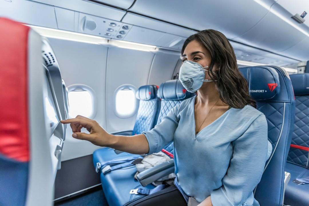 Mujer en avión Delta