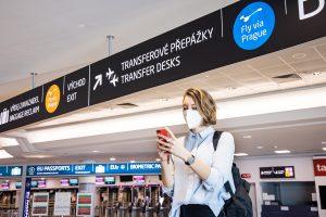 """El aeropuerto de Praga lanza el servicio """"Fly via Prague"""" para pasajeros en tránsito y presenta a Kiwi.com como socio principal"""