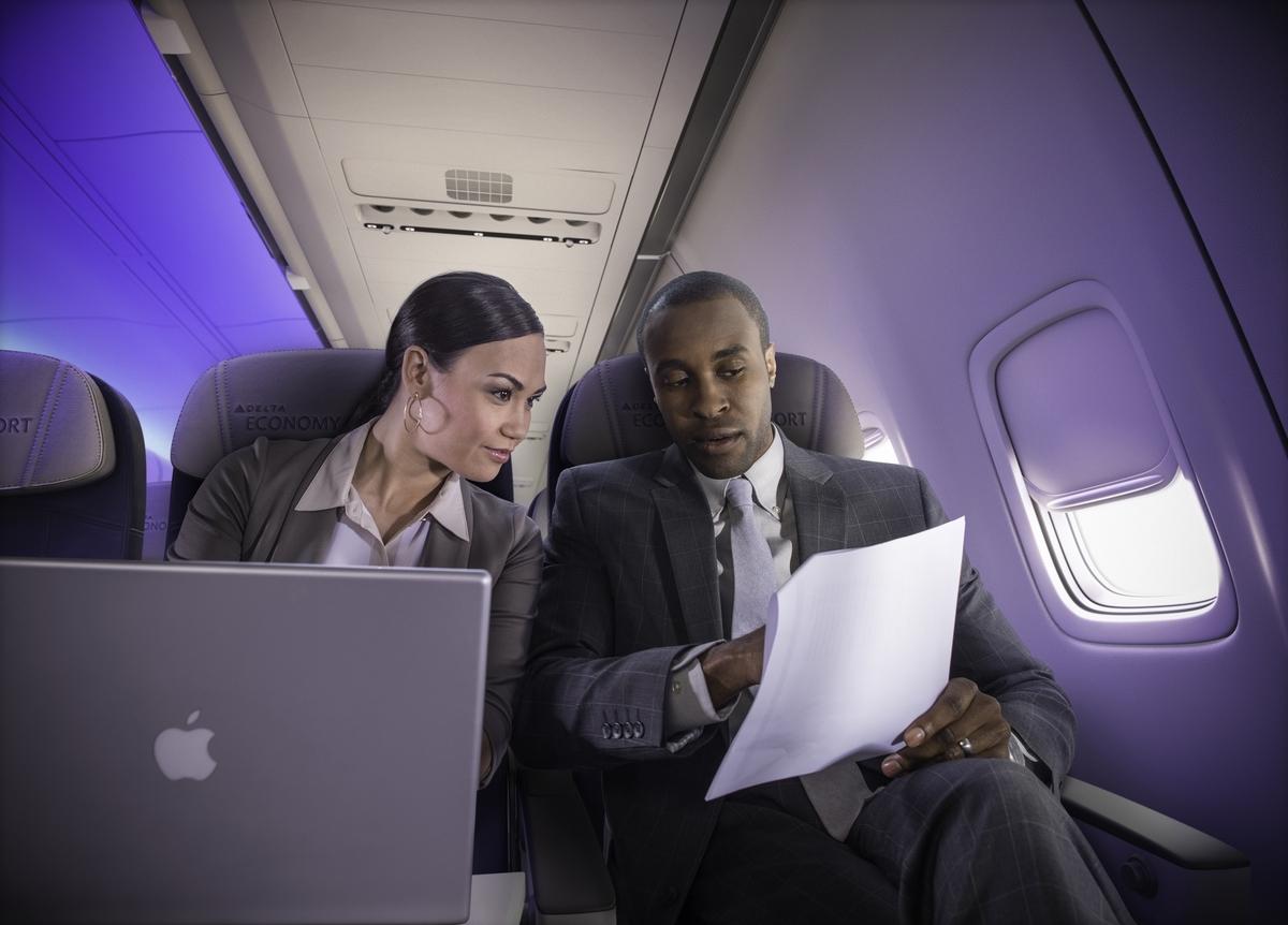 Pareja trabajando a bordo de Delta